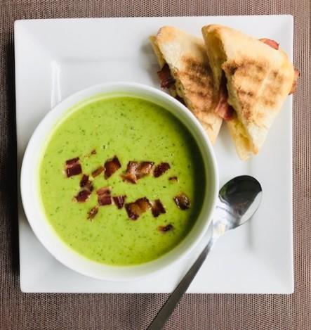 Zupa z zielonego groszku i mięty  z zapiekaną bułką