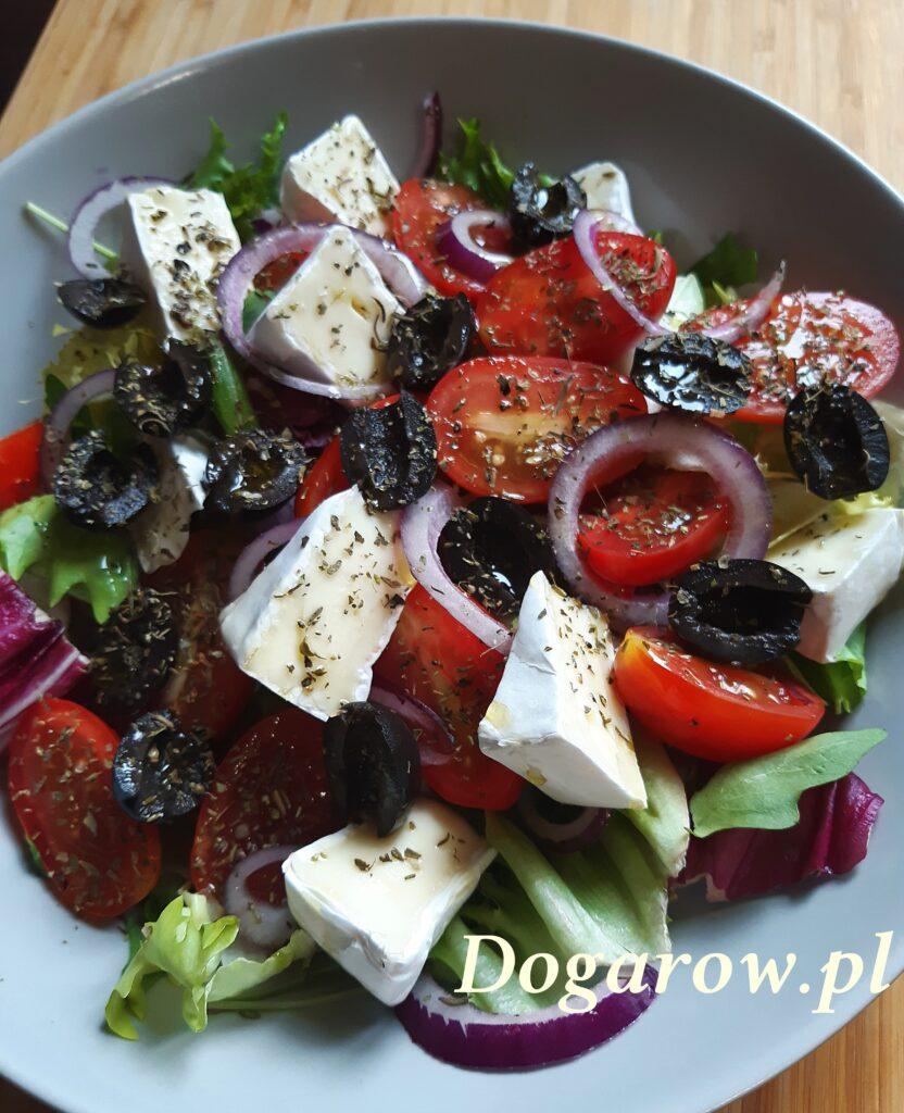 Sałatka z serem pleśniowym i oliwkami